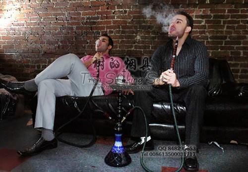 老外坐着抽双管的大号阿拉伯水烟壶